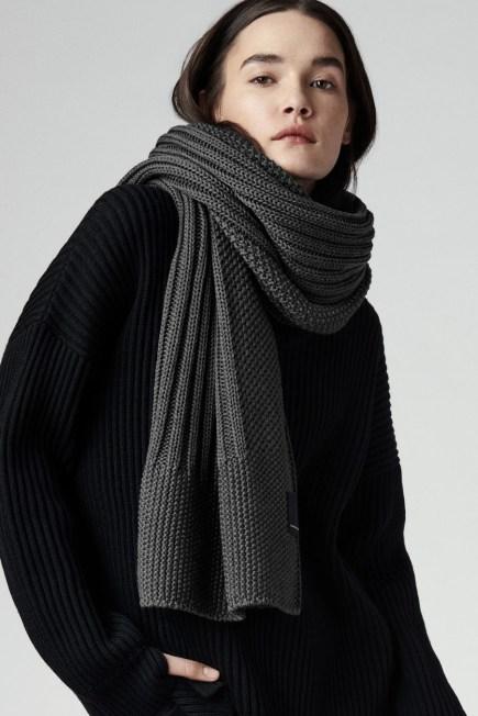 Écharpe surdimensionnée avec étiquette noire